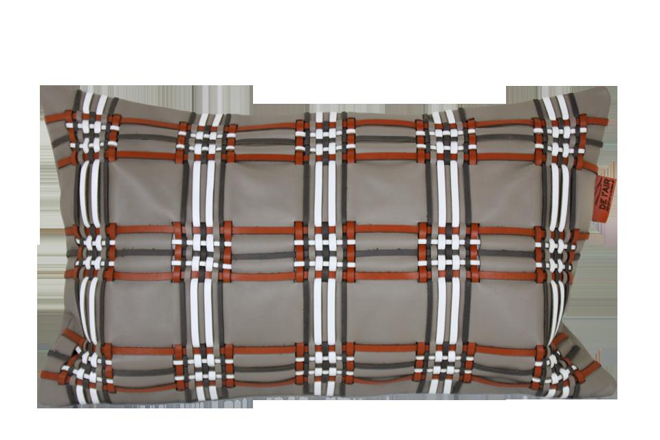 Coussin en cuir avec tissage écossais. Base cuir beige et tissage roux, blanc, et gris.