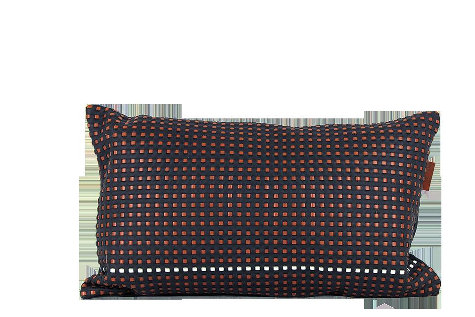 Coussin rectangulaire 30x50cm en cuir nappa bleu marine, tissé avec des lanières rousses et une blanche en petits carrés.