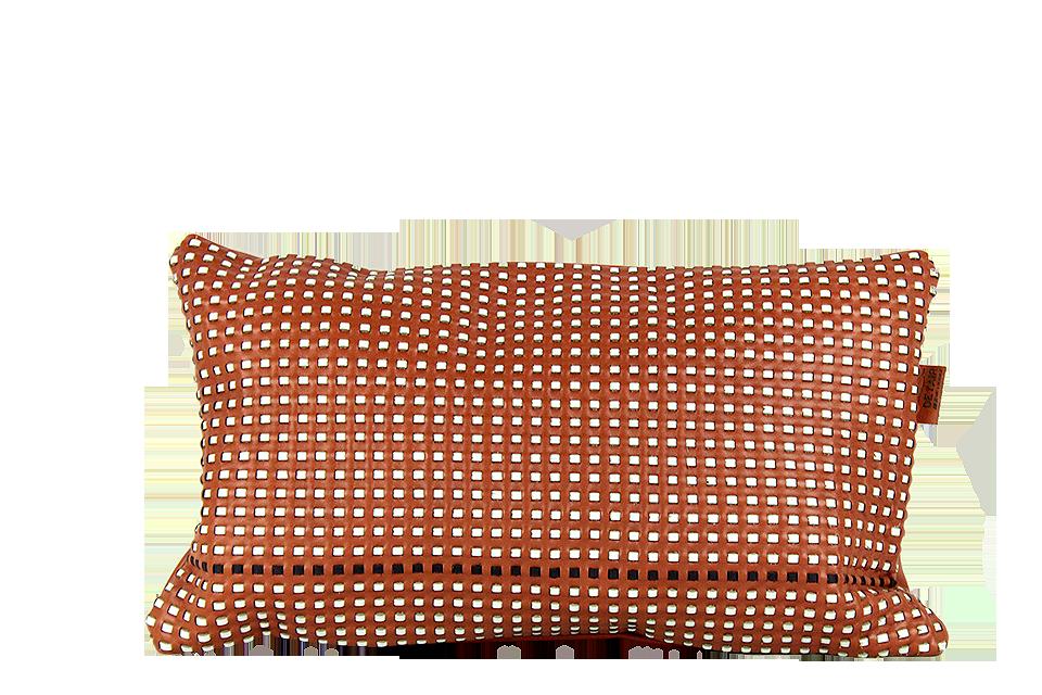 Coussin rectangulaire 30x50cm en cuir nappa roux, tissé avec des lanières blanches et une bleu marine en petits carrés.