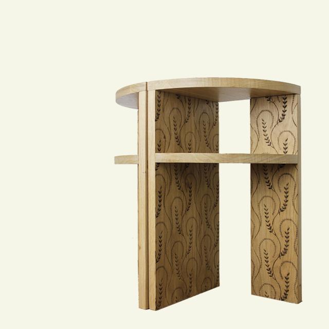 Tables de chevet en chêne avec gravure personnalisée.