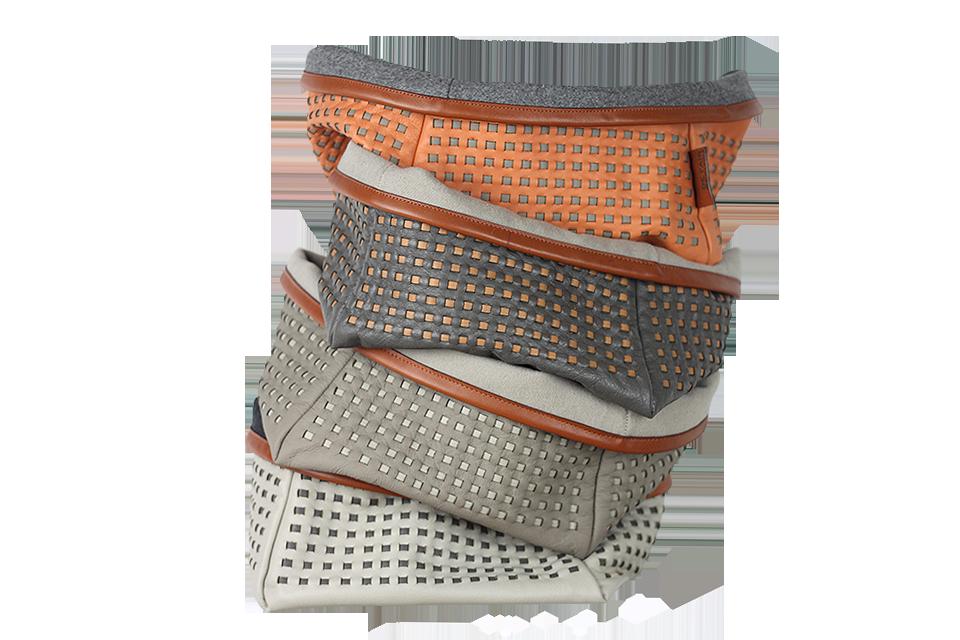 4 Vide-poches en cuir tissé, doublure en drap de laine.