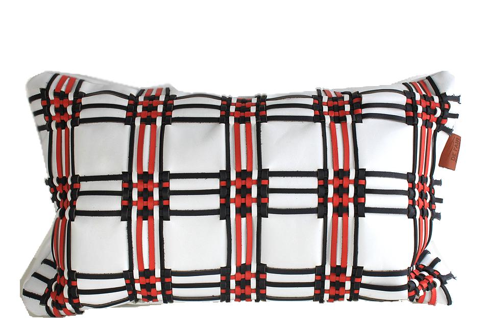 Coussin en cuir avec tissage écossais. Base cuir blanc, et tissage bleu marine noir et rouge.