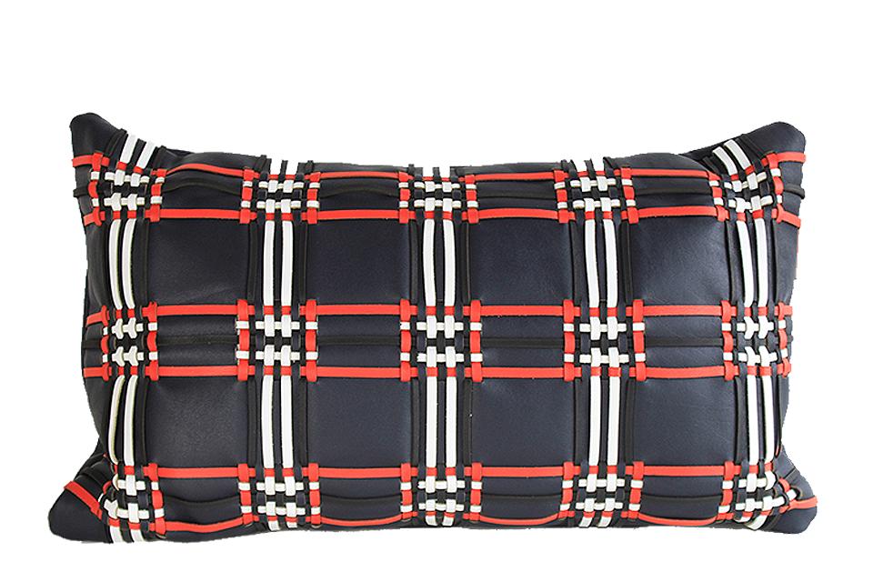 Coussin en cuir avec tissage écossais. Base cuir bleu marine et tissage blanc, noir et rouge.