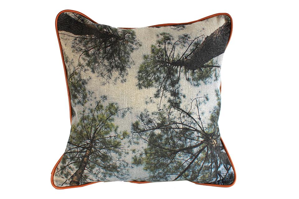 Coussin en lin avec impression d'une photographie prise sous les cimes des pins.