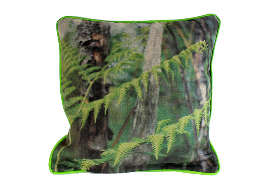 Coussin en lin avec impression d'une photographie de fougère prise dans la forêt de pins.