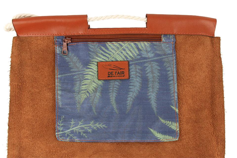 Détail de la poche intérieure en soie imprimée du sac à dos en cuir