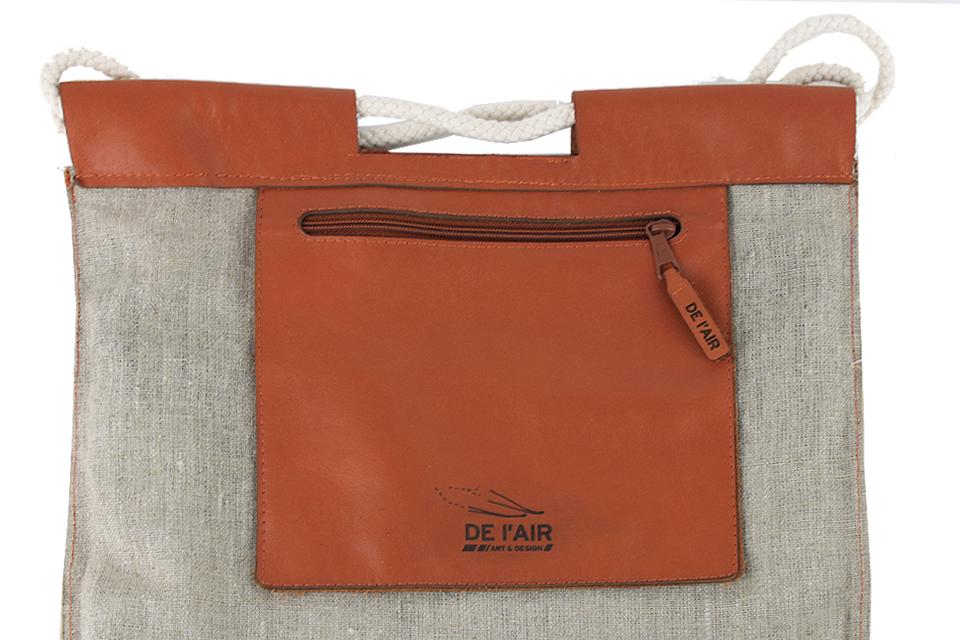 Détail de la poche intérieure en cuir du sac à dos en lin imprimé