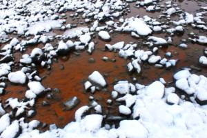 Islande eau ferrugineuse sou s la neige