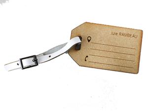 Étiquette de voyage en bois avec petite ceinture en cuir
