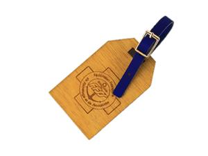 Étiquette de voyage en bois teinté au curcuma avec petite ceinture en cuir