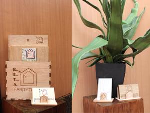 Présentoir flyers et cartes de visite en bois