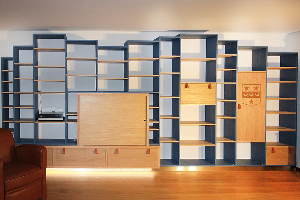 Bibliothèque en chêne avec façades gravées