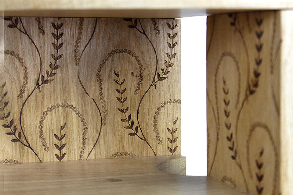 Détail de la gravure intérieure personnalisée des tables de chevet