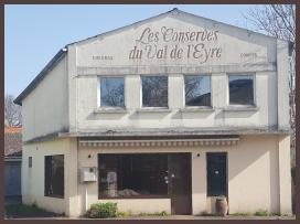 Photographie de la façade extérieure de l'atelier, ancienne conserverie du Val de l'Eyre
